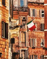 Texturas romanas (Japo García) Tags: textura roma edificios bandera farolas palazzi ciudad viejo ocres ondear arquitectura