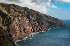 Madeira north west (zenofar) Tags: beach strand ufer felsen rocks meer sea ocean nachmittag afternoon lonley einsam karg sparse landscape landschaft see ozean wasser water wolken clouds blau blue steine portugal madeira orange licht light nikon d810 70mm coast