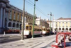 Plaza del Comercio, Lisboa, Portugal (rrodriguez16) Tags: rarb1950 arquitectura architecture tramways tranvias bus omnibus plaza square do comercio lisboa lisbon portugal analog film 35mm canon ae1 50mmf18sd kodak kodacolor