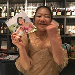 香港の場末のスナックちょっと恋のママにマイマイカレンダープレゼント! #hongkong #場末のスナック #カラオケ #いとうまい子