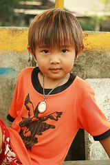 boy with page boy haircut (the foreign photographer - ฝรั่งถ่) Tags: boy child amulet pageboy haircut khlong thanon portraits bangkhen bangkok thailand canon kiss