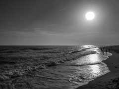 Sunset at the beach (Florencia Conzolino) Tags: granada torrox relax reflejos sunset beach atardecer sea mar playa olas gente people blackandwhite blancoynegro bnwcaptures bnw luces lights expo exposure iphoneography iphone