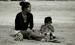Balinese Mother and Child (visionhunter) Tags: family portrait bali beach strand canon indonesia eos asia gesicht meer southeastasia child familie kind sw monochrom sephia mutter mdchen indonesien kuta legian balinese tamron70300 gesichter schwarzweis 40d mopther visionhunter