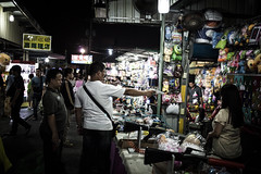 It's a stick-up, Chiayi (Luuk L.) Tags: china street game night canon roc photography gun republic fotografie market taiwan pistol 40 stm 40mm formosa chiayi f28 straat 5dmark2