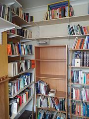 2017_04_070003 (Gwydion M. Williams) Tags: coventry britain greatbritain uk england warwickshire westmidlands chapelfields sirthomaswhitesroad books bookshelves