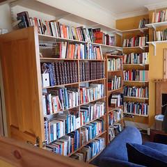 2017_04_030003 (Gwydion M. Williams) Tags: coventry britain greatbritain uk england warwickshire westmidlands chapelfields sirthomaswhitesroad books bookshelves