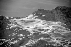 Picos de Europa. Lagos de Covadonga (Juan R. Ruiz) Tags: picosdeeuropa mountains montañas nature naturaleza asturias españa spain europe europa canon canoneos60d canoneos eos60d lagos lagosdecovadonga covadonga bw byn bn blackwhite blancoynegro town