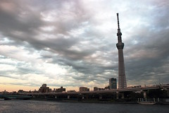 Sumida riverside, Tokyo (opiumrouge) Tags: sumida tokyo japon japan tower tour trip travel holiday holidays riverside river riviere rivière water eau cloud clouds cloudy nuage nuages nuageux sunset sun sunlight grey gris architecture urban
