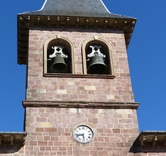 Eugi, Navarre, Espagne: église San Martin. (Marie-Hélène Cingal) Tags: espagne españa spain navarre navarra eugi fer iron twins cloches bells clock horloge