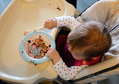 141019 rOB 170420 © Théthi ( 4 pics ) (thethi: better, back slowly) Tags: contextuel enfant bébé intérieur repas table assiette bruxelles belgique belgium inviterub faves32