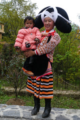 Mother and child ... Long Horn Miao (Rita Willaert) Tags: china tribal guizhou miao minority etnic anshun longhornmiao southwestchina minderheden villagelongga