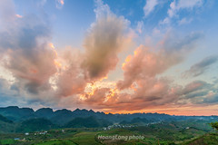 _J5K8251+56.1116.Tân Lập.Mộc Châu.Sơn La. (hoanglongphoto) Tags: asia asian vietnam northvietnam northwestvietnam outdoor sunset mountain dale landscape scenery vietnamlandscape vietnamscenery vietnamscene mocchaulandscape mountainouslandscape canon canoneos1dsmarkiii sơnla mộcchâu tânlập phongcảnh ngoàitrời hoànghôn sky bầutrời cloud clouds mây núi thunglũng hoànghônmộcchâu hoànghôntâybắc hoànghônvùngcao nature thiênnhiên zeissdistagont2815ze mountainouslandscapeinvietnam
