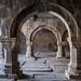 Interiores cheios de tumbas