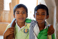 friendship (simon-r-) Tags: hampi india 2017 indien inde karnataka asia queenspalacebasement sights vijayanagar ancient kingdom south children kids enfants boys friends friendship portrait colour travel life people photography documentary april childhood kinder sony alpha ilce 5000 natgeo faces world