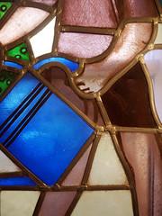 Die Hand. / 15.10.2016 (ben.kaden) Tags: eisenhüttenstadt landbrandenburg buntglasfenster walterwomacka glasmalerei erichweinertallee iiwohnkomplex kunstderddr kunstambau 1955 hand 2016 15102016
