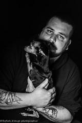 DSC_1071 (reflet d'ange) Tags: homme bw noiret blanc tatouage chien pinscher toy dog barbe