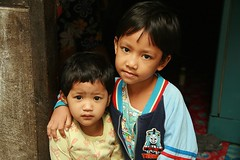 protective brother (the foreign photographer - ฝรั่งถ่) Tags: protective brother arm shoulder doorway khlong thanon portraits bangkhen bangkok thailand canon kiss