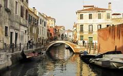 Venezia , di canale in canale ... (serie) (Augusta Onida) Tags: calla venezia veneto italy italia canale canal riflesso reflections ponte bridge luce light barca boat gondola water city