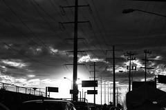Contraste (betho itinerante) Tags: blanconegro contraste bn blancoynegro altocontraste sombras brillos luz urbano calle cables postes lineas ciudad atardece sol cielo nubes horizonte contraluz