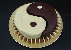 Yin yang cake (Yersinia) Tags: cake cakefun cakehaveitandeatittoo birthdaycake birthday yin yang yinyang chocolate darkchocolate whitechocolate buttons malteasers gold brown cream ganache
