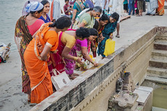 El ritual de la ofrenda (Nebelkuss) Tags: asia india utarpradesh varanasi benarés ghats ritual ofrendas offerings colores colours sharee sari fujixpro1 fujinonxf35f14
