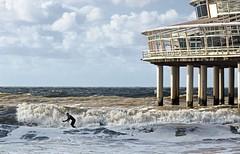 Surfing at the Pier (genf) Tags: surf surfing planksurfen golven branding pier scheveningen denhaag zee sea noordzee northsea sony a77 clouds wolken cold koud