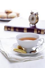 l'ora del t (Eleonora Galli) Tags: tea 5 nostalgia orologio lettura inglese passato vecchio inghilterra colazione sveglia mattino pausa t pasticcino biscotto tradizione cinquedelpomeriggio oradelt retr
