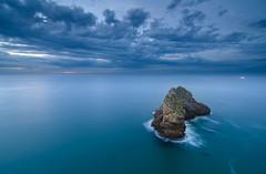 Los cuatro luceros (Ahio) Tags: blue autumn light sea seascape zeiss landscape islands twilight fishing nikon 15mm crepúsculo marinas islets fisheries marcantábrico zf2 horcadodecuevas distagont2815 d800e