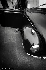 2983 - Calais, 2016 (ikaune) Tags: nb bw noiretblanc blackandwhite ikaune argentic argentique monochrome volkswagen voiture pied noir black