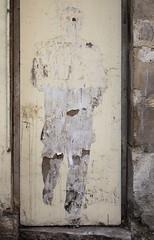 Téléportation (Gerard Hermand) Tags: 1704037316 gerardhermand france paris canon eos5dmarkii formatportrait homme man rue street art streetart papier paper collé pasted vieux old photo leo pipo leopipo porte door