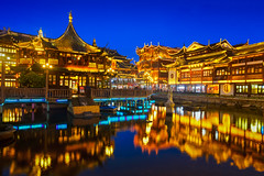 Shanghai & Blue Hour (Luís Henrique Boucault) Tags: architecture asia china lights longexposure night old oriental pond reflection shanghai shopping sunset travel traveling typical vacation yugarden xangai shanghaishi cn water