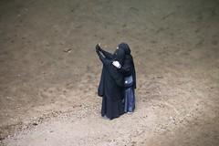 Paradox (ramosblancor) Tags: humanos humans tribus tribes moslem musulmana niqab mujer girl río river selfie pictures fotos negro black religión religion elkelaa rif marruecos morocco