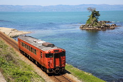 The seaside line (Teruhide Tomori) Tags: train railroad railway himi toyama japan japon hokuriku dmu single himiline coast beach toyamabay landscape 富山湾 westjapanrailwaycompany jr西日本 氷見線 単線 ディーゼルカー 気動車 日本 雨晴海岸 amaharashi 北陸 鉄道 列車 富山県 高岡市