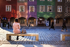 waiting for a friend (ewitsoe) Tags: ryenk canon 50mm 5ds woman sitting building staryryenk poland polska poznan city urban erikwitsoe ewitsose townhomes bench colorful cityscpae spring evenign sunset evening