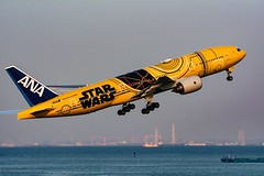 C-3PO ANA JET (mon_masa) Tags: airplane aircraft airline airliner airport boeing b777 b777200 ana hnd rjtt japan takeoff starwars
