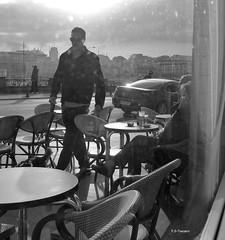 Gente en contraluz. People in backlight. (Esetoscano) Tags: gente people contraluz backlight personas persons atardecer sunset sol sun luz light sombras shadows ventana window bw bn byn monocromo monochrome