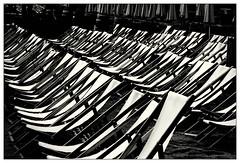 Hauch von Rimini – touch of Rimini (frodul) Tags: mainz liegestuhl strandbar reihe sommer saison rheinufer sand sw einfarbig monochrom bw loafer chair row rp deutschland