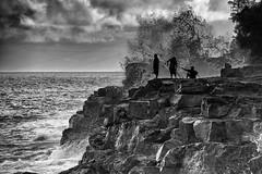 Route 137, mile 12, Pohoiki Rd, Pāhoa, Puna area, Big island, Hawaii (Louis Geoffroy) Tags: black white noir blanc surf waves grosses vagues fishermen pêcheurs cliffs falaise