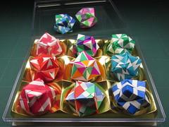 Ferrero Rocherのケースに並べてみた1 (Masaya2012) Tags: sonobe くす玉 薗部 ユニット kusudama modular modularorigami sonobevariation 模様 折り紙