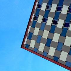 flechtarbeit (misone2000) Tags: detail berlin fenster himmel grau architektur blau fassade lichtenberg flechten misone2000 vision:outdoor=0862