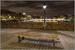 Paris-Pont des Arts (Didier Ensarguex) Tags: paris pontdesarts {vision}:{clouds}=0501 {vision}:{outdoor}=0859 {vision}:{sky}=0862 {vision}:{sunset}=0548