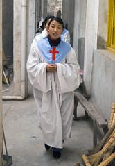 Koorlid onderweg (Frans Schellekens) Tags: china church countryside cross religion churches service mis kerk vrouw gebouw anhui kruis koor platteland believers religie devotie kerken devoot gewaad kerkdienst gelovigen
