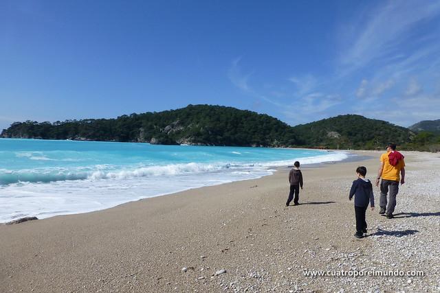 Recorriendo la playa con cielo azul y aguas turquesas