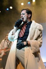 En la imagen se puede ver a Asier Etxeandia cantando en un momento de la obra.  Fotografía cedida por Óscar Blanco Gutiérrez.