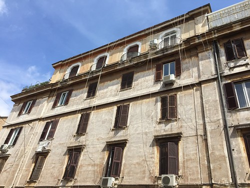 Roma Testaccio, is this spiderman's home? TV antenna cables MUST run along the front facade in Italy and every apartment must have a different one, it is an unwritten law in Italy