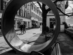 dans le cercle (alain.winterberger) Tags: noirblanc streetphotography blackwhite monochrome street urbain urban circle vevey romandie vaud ville city suisse switzerland schweiz svizerra lumix gx80 rue