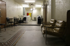 Elliott Laundromat (Flint Foto Factory) Tags: des moines iowa urban city autumn fall october 2015 downtown elliott laundromat locustst 7thst 6thave night nocturnal evening business travel washing machine washer dryer chairs tile floor