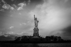 Refugees welcome (tinto) Tags: 2017 28mm fuji fujifilm fujilove fujix100t fujixseries manhattan newyork nyc tintography vsco vscofilm wclx100 wideangel x100t statue liberty statueofliberty bw blackandwhite