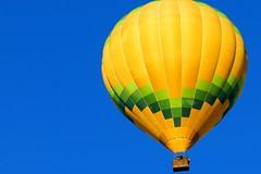 amarillo, azul y verde (alfonsocarlospalencia) Tags: amarillo azul verde globo segovia catedral cesta vuelo mañana luz san geroteo costuras reto cenital cristalino emoción vacío viaje colores sencillez manchas vértigo claridad combinación