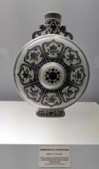 L1160258 (H Sinica) Tags: shanghai museum 乾隆 qianlong qing 清 景德鎮 jingdezhen porcelain ceramics 上海 青花 blue white underglaze flask 壺 博物馆 博物館 indoor